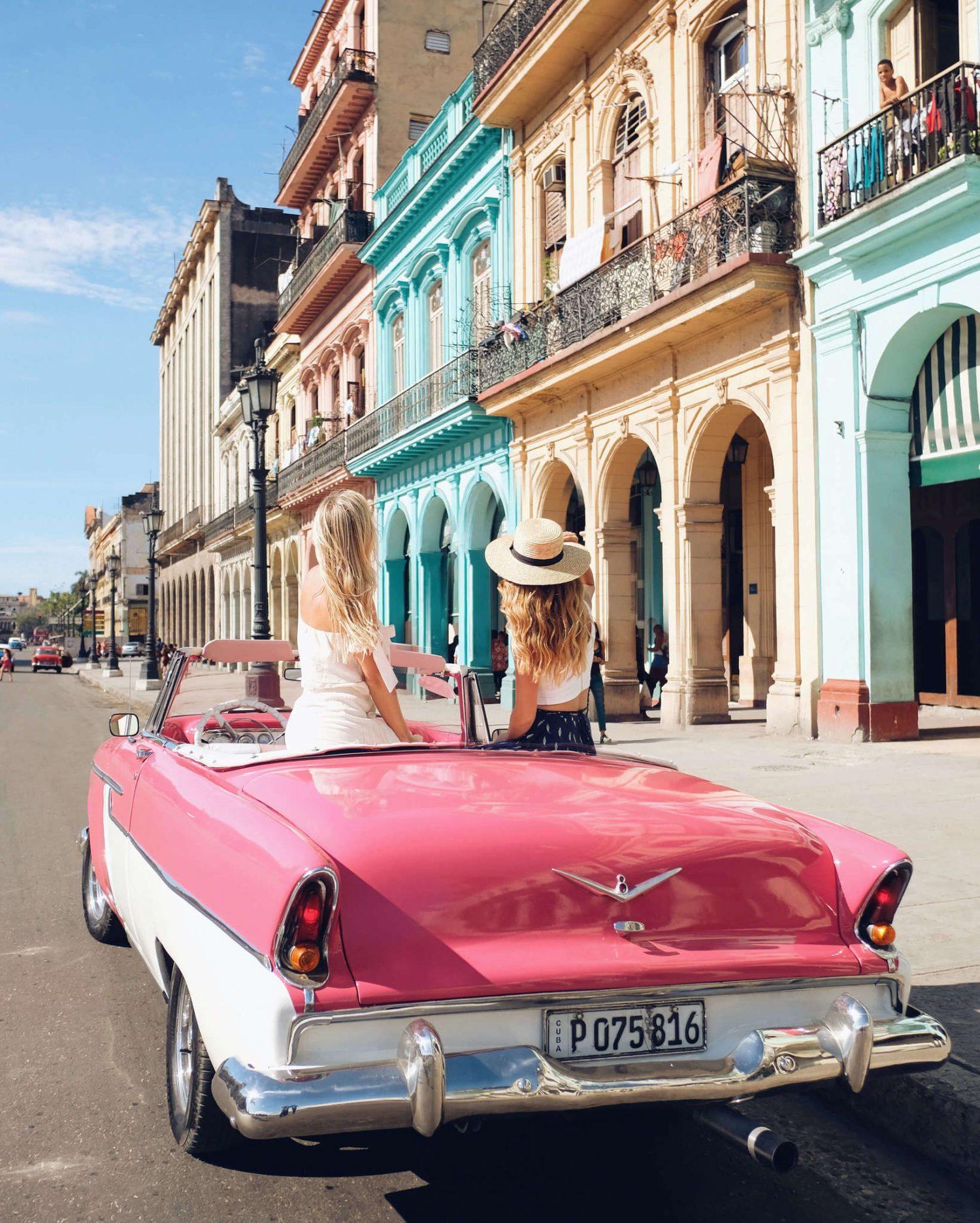 Friends-in-Classic-Car-in-Havana-Cuba-e1555930167701 ▷ Los mejores destinos para viajar en abril
