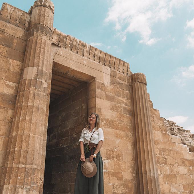 1egypt-saqarra-blonde-girl ▷ Itinerario de 5 días en Egipto para El Cairo y las pirámides
