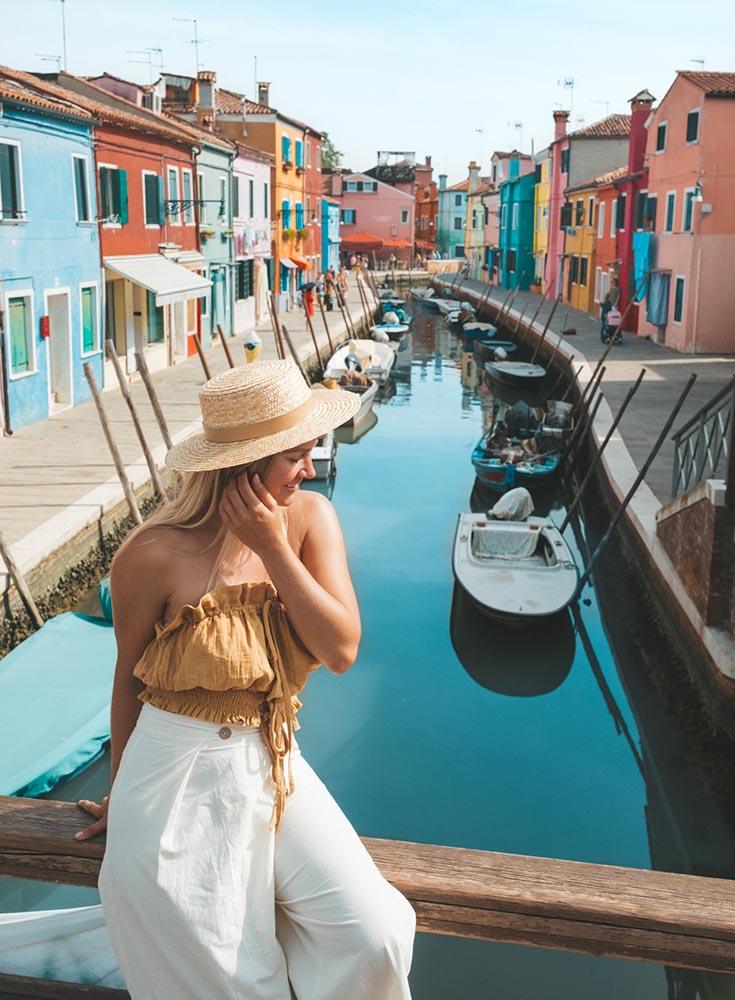 burano-italy-colorful-city-blonde-travel-girl ▷ La guía definitiva para comer como local en Italia