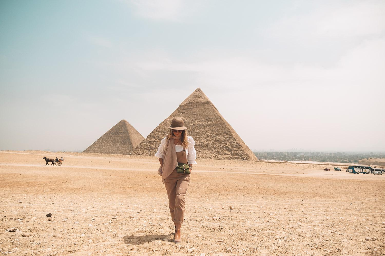 giza-pyramid-blonde-girl-egypt ▷ Itinerario de 5 días en Egipto para El Cairo y las pirámides