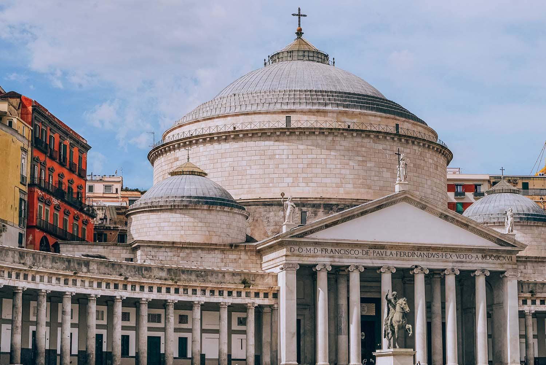 Basílica de San Francesco da Paola na praça principal